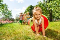Σύρσιμο κοριτσιών της Νίκαιας σκεπτόμενο το σωλήνα στο πάρκο στοκ φωτογραφίες με δικαίωμα ελεύθερης χρήσης