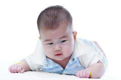 σύρσιμο μωρών χαριτωμένο Λατρευτό κοριτσάκι, στο άσπρο υπόβαθρο στοκ εικόνες