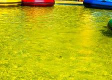 Σύσταση, ανασκόπηση το νερό στη λίμνη, συγκεντρώνει κίτρινο που χρωματίζεται Στοκ Εικόνα