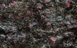 Σύσταση-βασισμένος στο στο υπόβαθρο βράχος με τους παφλασμούς των κρυστάλλων γρανατών Στοκ Φωτογραφίες