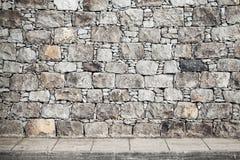 Σύσταση, γκρίζος τοίχος πετρών και επικεράμωση πατωμάτων στοκ φωτογραφία