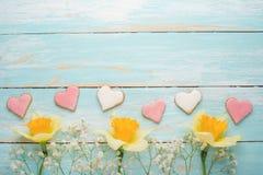 Σύσταση ενός δέντρου με τα κίτρινα λουλούδια και τα σπιτικά μπισκότα υπό μορφή καρδιών Τοπ άποψη, με το κενό διάστημα για την επι στοκ εικόνες