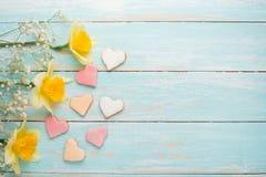 Σύσταση ενός δέντρου με τα κίτρινα λουλούδια και τα σπιτικά μπισκότα υπό μορφή καρδιών Τοπ άποψη, με το κενό διάστημα για την επι στοκ εικόνα με δικαίωμα ελεύθερης χρήσης