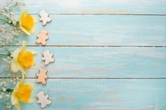 Σύσταση ενός δέντρου με τα κίτρινα λουλούδια και τα σπιτικά μπισκότα με μορφή ενός ατόμου Τοπ άποψη, με το κενό διάστημα για την  στοκ εικόνες