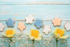 Σύσταση ενός δέντρου με τα κίτρινα λουλούδια και ενός σπιτικού μπισκότου με μορφή ενός λουλουδιού Τοπ άποψη, με το κενό διάστημα  στοκ φωτογραφία με δικαίωμα ελεύθερης χρήσης