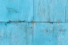 Σύσταση ενός τοίχου φιαγμένου από διάφορα παλαιά ραγισμένα φύλλα καπλαμάδων που χρωματίζονται στο μπλε που στερεώνεται με τα καρφ στοκ φωτογραφίες με δικαίωμα ελεύθερης χρήσης