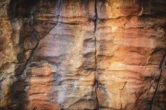Σύσταση και αφηρημένο υπόβαθρο ένας μεγάλος τοίχος βράχου διακοσμήστε το πάρκο στοκ εικόνες