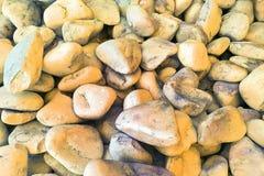 Σύσταση: μεγάλο στρωμένο με άμμο αμμοχάλικο Μικρές άσπρες πέτρες κιμωλίας των χρυσών και ασημένιων σκιών Καλλιτεχνικές ανακουφίσε Στοκ Φωτογραφίες