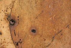 Σύσταση μετάλλου, που καλύπτεται του παλαιού με σπασμένες τις χρώμα ραβδώσεις στοκ εικόνα