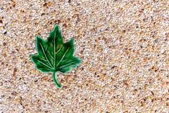 Σύσταση πετρών με το πράσινο κεραμίδι φύλλων για το υπόβαθρο Στοκ φωτογραφία με δικαίωμα ελεύθερης χρήσης
