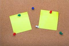 Σύσταση πινάκων καρφιτσών για το υπόβαθρο, τις corolful καρφίτσες και τις κολλώδεις σημειώσεις Στοκ φωτογραφία με δικαίωμα ελεύθερης χρήσης