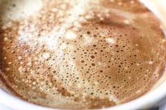 Σύσταση ποτών Coffe που παρουσιάζει αερισμένη κινηματογράφηση σε πρώτο πλάνο γάλακτος Στοκ Φωτογραφίες