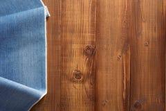 Σύσταση τζιν παντελόνι στο ξύλο Στοκ Εικόνες