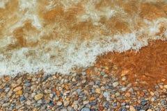 Σύσταση της άσπρης άμμου με το κρύσταλλο - καθαρίστε το νερό Κύμα θάλασσας στην παραλία στοκ φωτογραφία με δικαίωμα ελεύθερης χρήσης