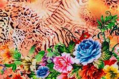Σύσταση της ριγωτών λεοπάρδαλης και του λουλουδιού υφάσματος τυπωμένων υλών Στοκ φωτογραφία με δικαίωμα ελεύθερης χρήσης