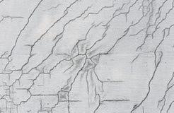 Σύσταση του άσπρου βρώμικου ραγισμένου τοίχου Μικρές ευθείες ρωγμές Άμεσο σπάσιμο στη χρωματισμένη επιφάνεια Σχισμή κυττάρων Στοκ Φωτογραφίες