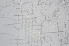 Σύσταση του άσπρου βρώμικου ραγισμένου τοίχου Μικρές ευθείες ρωγμές Άμεσο σπάσιμο στη χρωματισμένη επιφάνεια Σχισμή κυττάρων Στοκ εικόνα με δικαίωμα ελεύθερης χρήσης