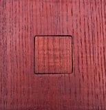 Σύσταση του κόκκινου λουστραρισμένου με λάκκα ξύλου με ένα τετραγωνικό ένθετο μέσα Στοκ φωτογραφία με δικαίωμα ελεύθερης χρήσης