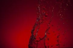 Σύσταση του νερού σε ένα κόκκινο υπόβαθρο Στοκ φωτογραφία με δικαίωμα ελεύθερης χρήσης