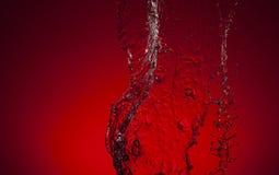 Σύσταση του νερού σε ένα κόκκινο υπόβαθρο Στοκ εικόνα με δικαίωμα ελεύθερης χρήσης
