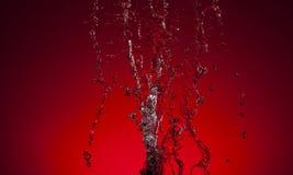 Σύσταση του νερού σε ένα κόκκινο υπόβαθρο Στοκ Φωτογραφίες