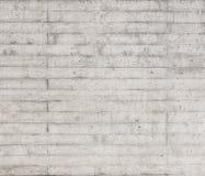 Σύσταση του ξύλινου εγκιβωτισμού που σφραγίζεται σε έναν ακατέργαστο συμπαγή τοίχο Στοκ εικόνα με δικαίωμα ελεύθερης χρήσης