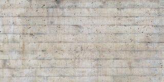 Σύσταση του ξύλινου εγκιβωτισμού που σφραγίζεται σε έναν ακατέργαστο συμπαγή τοίχο Στοκ Φωτογραφίες