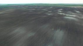 Σύσταση του οργωμένου τομέα, 4k εναέρια άποψη του οργωμένου τομέα που προετοιμάζεται για τη φύτευση απόθεμα βίντεο