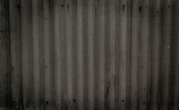 Σύσταση του παλαιού γκρίζου συμπαγούς τοίχου με να γεμίσει handprints και τα μπουλόνια   Ταπετσαρία για το σχέδιο στοκ φωτογραφία