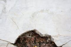 Σύσταση του παλαιού ραγισμένου τοίχου ασβεστοκονιάματος Στοκ εικόνα με δικαίωμα ελεύθερης χρήσης