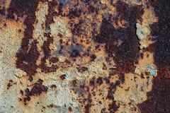 Σύσταση του σκουριασμένου σιδήρου, ραγισμένο χρώμα σε μια παλαιά μεταλλική επιφάνεια, φύλλο του σκουριασμένου μετάλλου με το ραγι Στοκ Εικόνα