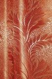 Σύσταση των κόκκινων και μπεζ διαμορφωμένων σατέν κουρτινών με τις πτυχές Στοκ εικόνες με δικαίωμα ελεύθερης χρήσης