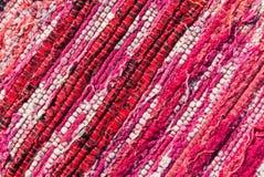 Σύσταση των υφαμένων κόκκινων, ρόδινων, άσπρων νημάτων βαμβακιού Στοκ Φωτογραφίες