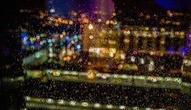 Σύσταση, υγρό παράθυρο και φω'τα με τις πτώσεις του νερού Στοκ Φωτογραφίες