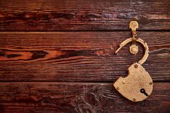 Σύσταση, υπόβαθρο, ξύλινη επιφάνεια με την εκλεκτής ποιότητας κλειδαριά στοκ φωτογραφία με δικαίωμα ελεύθερης χρήσης