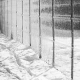 Σύσταση χιονιού με τις σκιές - λωρίδες από έναν φράκτη Στοκ φωτογραφία με δικαίωμα ελεύθερης χρήσης