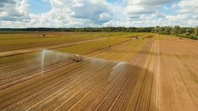 Σύστημα άρδευσης στη αγροτική γη Στοκ εικόνα με δικαίωμα ελεύθερης χρήσης