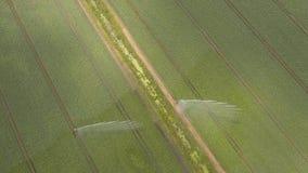 Σύστημα άρδευσης στη αγροτική γη Στοκ φωτογραφία με δικαίωμα ελεύθερης χρήσης