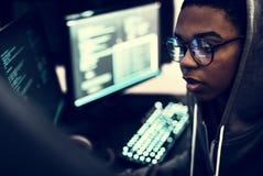 Σύστημα δεδομένων χάραξης κοριτσιών σε έναν υπολογιστή στοκ εικόνες