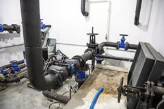 Σύστημα θέρμανσης σπιτιών με πολλούς χάλυβα και πλαστικούς σωλήνες, σωλήνες μετάλλων και αυτοματοποιημένος εξοπλισμός ελέγχου στοκ φωτογραφίες με δικαίωμα ελεύθερης χρήσης