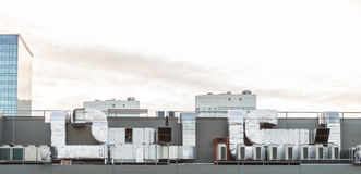 Σύστημα κλιματισμού στη στέγη της οικοδόμησης Στοκ Φωτογραφίες