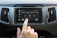 Σύστημα πολυμέσων εγχώριας οθόνης αφής χεριών ατόμων με το παιχνίδι αυτοκινήτων Στοκ Εικόνες
