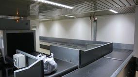 Σύστημα της μεταφοράς και της διανομής των αποσκευών των επιβατών στο ιπποδρόμιο αποσκευών στον αερολιμένα φιλμ μικρού μήκους