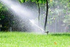 Σύστημα ψεκαστήρων νερού χορτοταπήτων κήπων στοκ φωτογραφίες με δικαίωμα ελεύθερης χρήσης