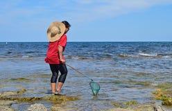 Σύλληψη των ψαριών στους βράχους Στοκ Εικόνες