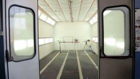 Σώμα αυτοκινήτων και δωμάτιο χρωμάτων Γραφείο χρωμάτων ψεκασμού σε έναν σταθμό επισκευής αυτοκινήτων φιλμ μικρού μήκους