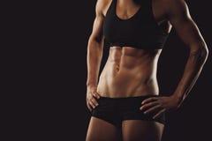 Σώμα γυναικών με τα μυϊκά ABS Στοκ Εικόνες