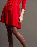 Σώμα μερών γυναικών στο κόκκινο φόρεμα Στοκ φωτογραφία με δικαίωμα ελεύθερης χρήσης