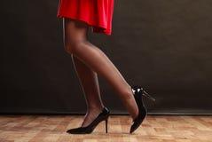 Σώμα μερών γυναικών στο κόκκινο φόρεμα Στοκ Φωτογραφία