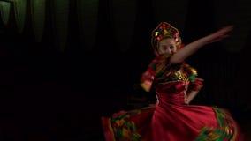 Σλαβικός λαϊκός χορός χορού κοριτσιών στη σκηνή απόθεμα βίντεο
